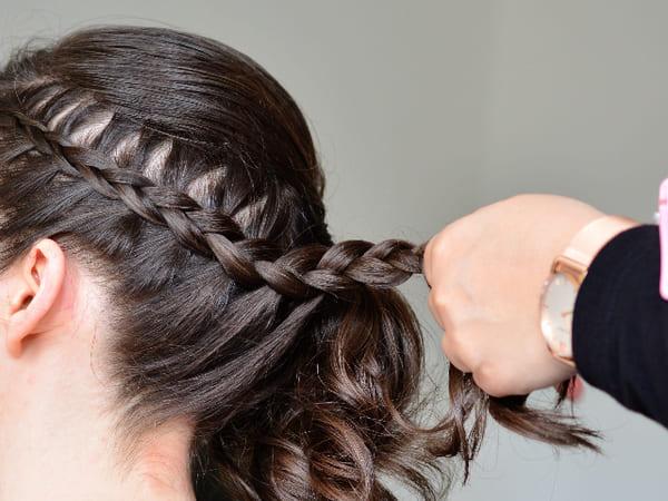 coiffure-a-realiser-avec-une-mousse-coiffante